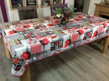 Nappe Montagne, Patchwork, cœurs love et carreaux rouge, rectangulaire 150x240 cm, 100% polyester anti-taches